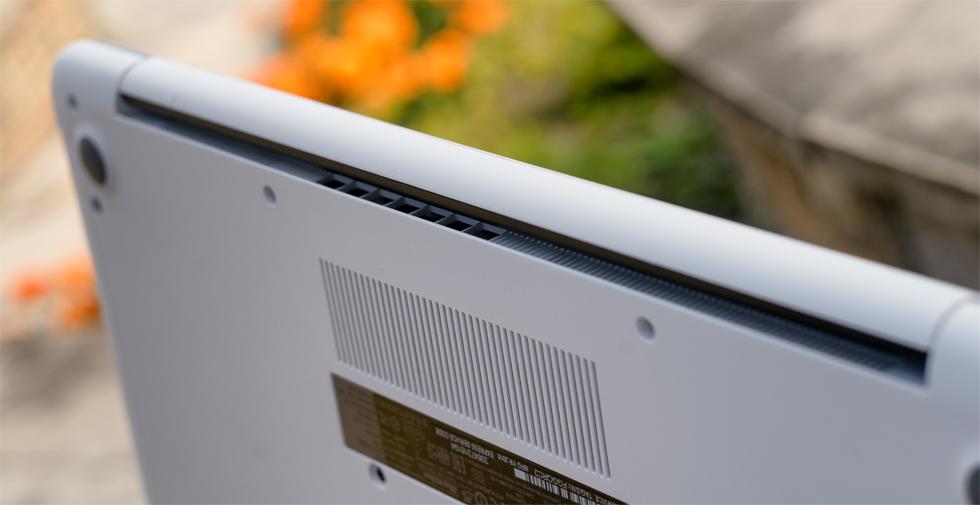 Прорези системы охлаждения Dell Inspiron 15 5567.