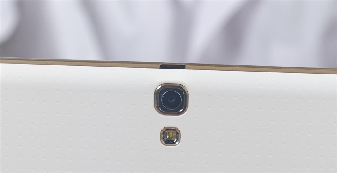 Объектив камеры Samsung Galaxy Tab S 10.5 и кусочек перфорированной