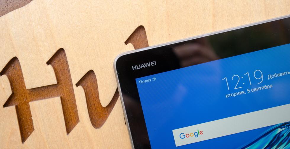 Логотип Huawei на планшете MediaPad M3 Lite 10.