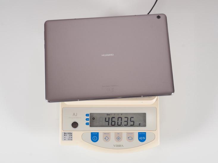 Huawei MediaPad M3 Lite 10 на весах.