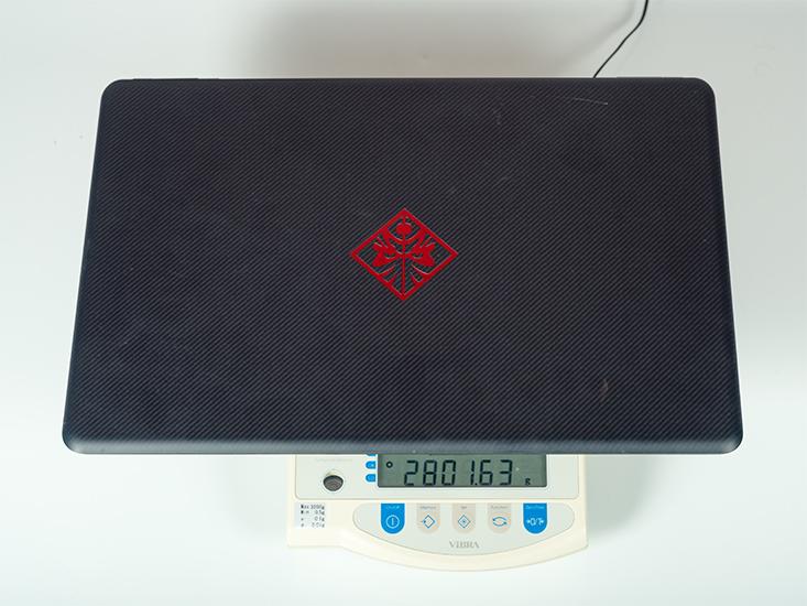 Ноутбук HP Omen 17 на весах.