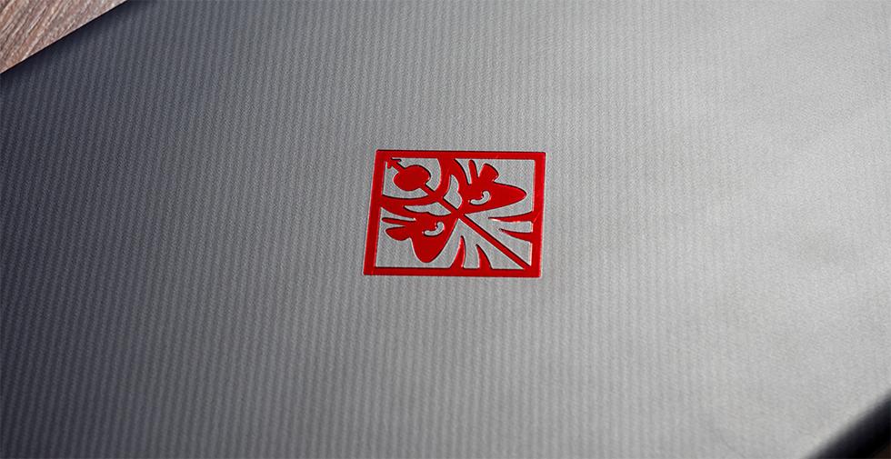Фирменный логотип на крышке HP Omen 17.